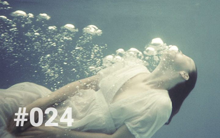 Bliss Sanctuary Bali - Blog 24 - The lesson of the black water - girl underwater blowing bubbles